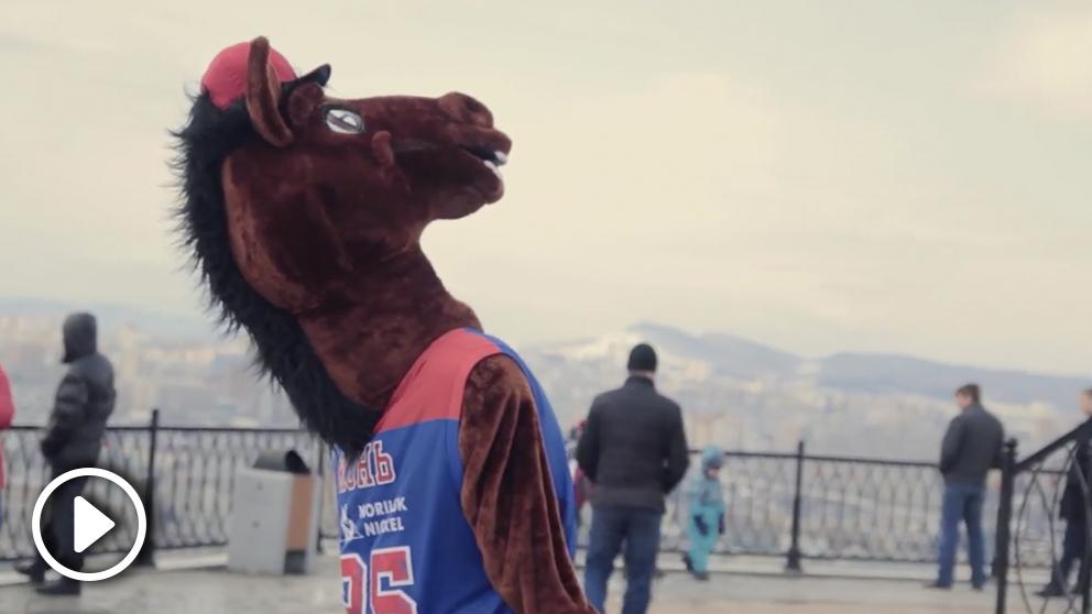 La mascota del CSKA no puede viajar a Belgrado por haber pertenecido a la KGB. (vídeo OKDIARIO)
