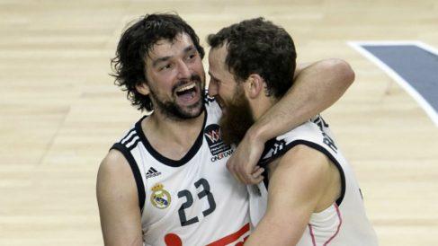 Sergio Llull y Sergio Rodríguez celebran un triunfo con el Real Madrid. (AFP)