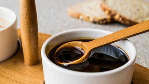 La melaza de caña contiene propiedades naturales que contribuyen con la salud.