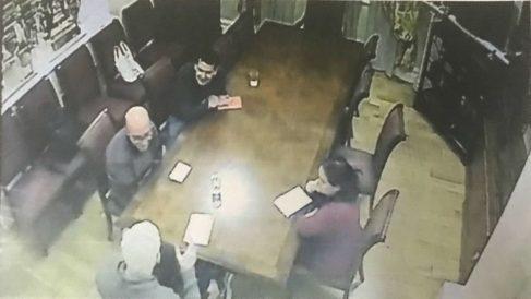 Una imagen de la reunión secreta celebrada el pasado 9 de noviembre entre Julian Assange y Oriol Soler en la Embajada de Ecuador en Londres.