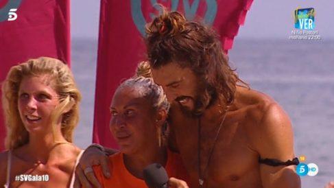 Momento en el que Logan y Raquel ganan el juego de recompensas