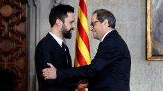 Roger Torrent felicita a Quim Torra en su toma de posesión como presidente de la Generalitat de Cataluña. (Foto: AFP)
