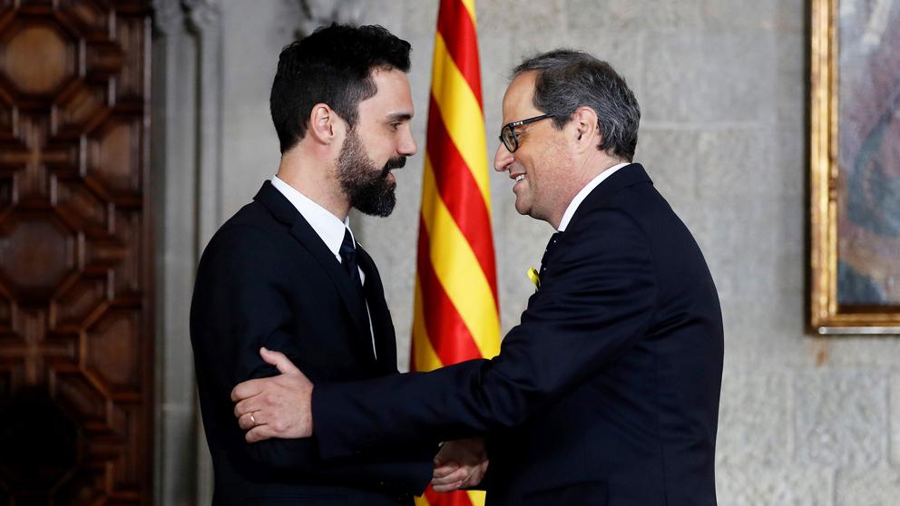 Roger Torrent saluda a Quim Torra en su toma de posesión como presidente de la Generalitat de Cataluña. (Foto: AFP)