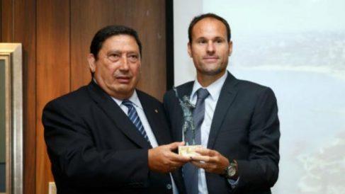 Victoriano Sánchez Arminio entrega a Mateu Lahoz el premio a mejor árbitro. (RFEF)