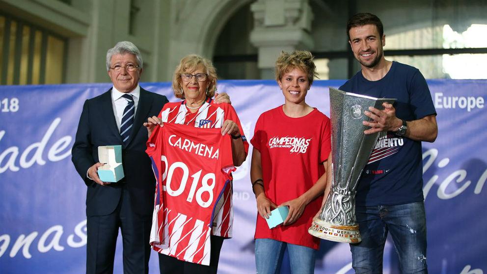 Manuela Carmena regaló medallas de Neptuno de chocolate. (atleticodemadrid.com)