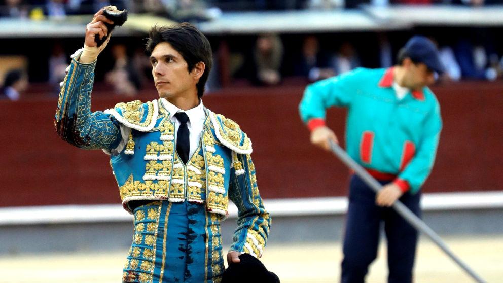 Castella exhibe la oreja cortada este viernes en Las Ventas (Foto: Efe).