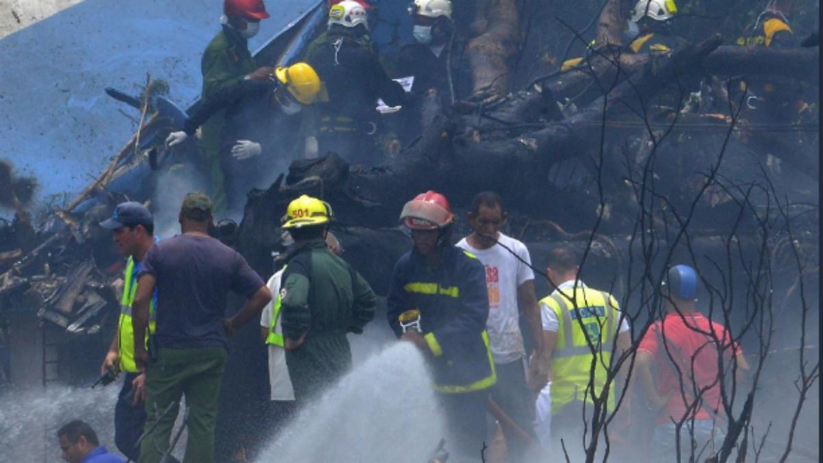 Efectivos trabajando junto al avión siniestrado en Cuba (AFP).