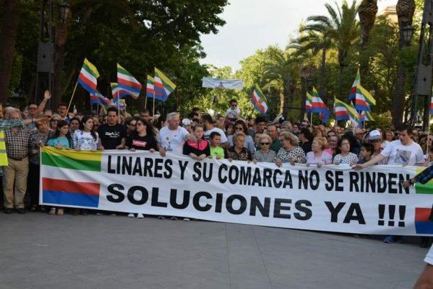 """Miles de personas se manifiestan en la ciudad con más paro de España: """"¡Linares no se rinde!"""""""