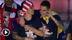 Griezmann y Vitolo durante la fiesta del Atlético de Madrid en Neptuno. (AFP)