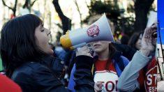 Irene Montero con un megáfono de Stop Desahucios.