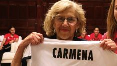 Manuela Carmena posando con una camiseta con su nombre. (Foto. Madrid)