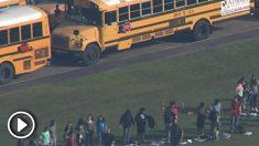Estudiantes evacuados tras el tiroteo en la escuela de Santa Fe en Texas. (RRSS).