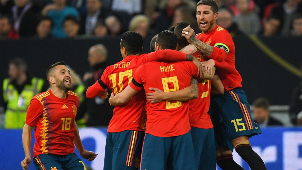 La selección española celebra el gol ante Alemania, amistoso previo al Mundial de Rusia. (AFP)