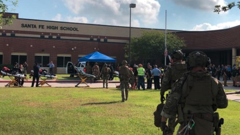 Policías controlan el recito de la escuela de Santa Fe (Texas) tras el tiroteo.