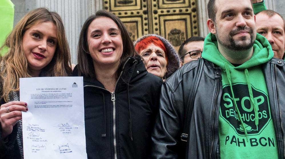Irene Montero con activistas antidesahucios de la PAH.