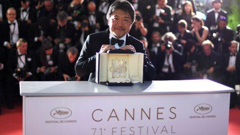 El director japonés Hirokazu Kore-Eda con el premio de Cannes (Foto: AFP).