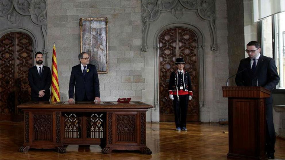 El secretario del Govern, Víctor Cullell (d), interviene al inicio de la toma de posesión de Quim Torra (c) como presidente de la Generalitat, en un acto presidido por el presidente del Parlament, Roger Torrent