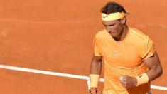 Rafa Nadal celebra un punto frente a Novak Djokovic en el Master 1000 de Roma. (AFP)