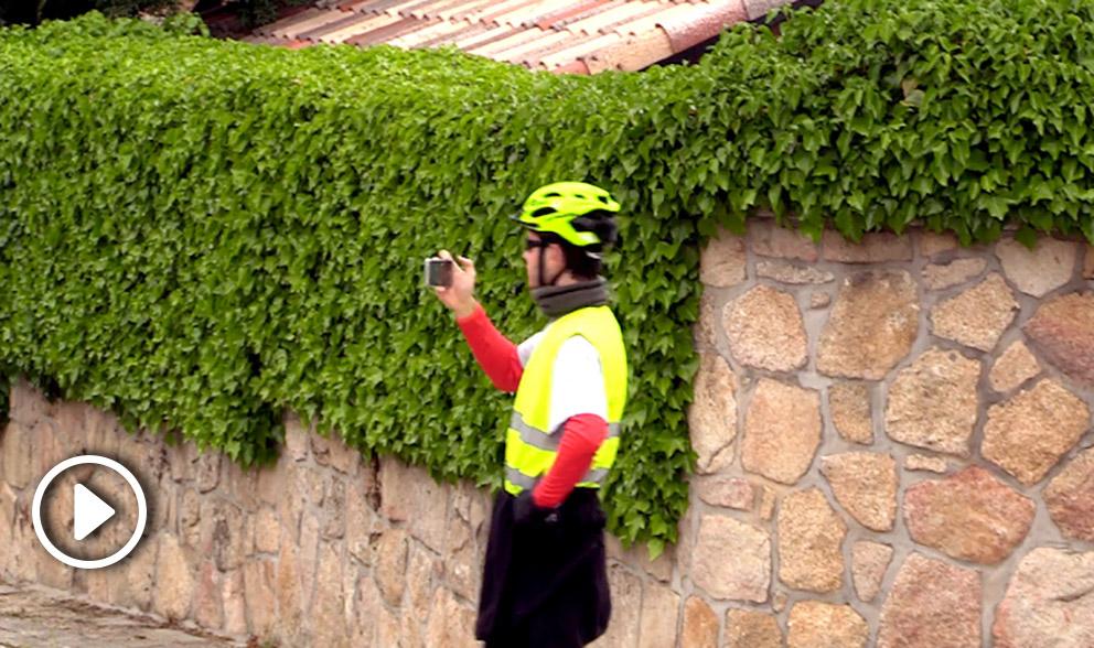 Un ciclista se hace un selfie junto a la nueva mansión de Pablo Iglesias.