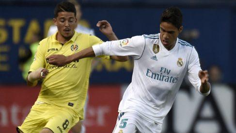 Raphael Varane y Pablo Fornals pelean un balón durante el Villarreal – Real Madrid. (AFP)