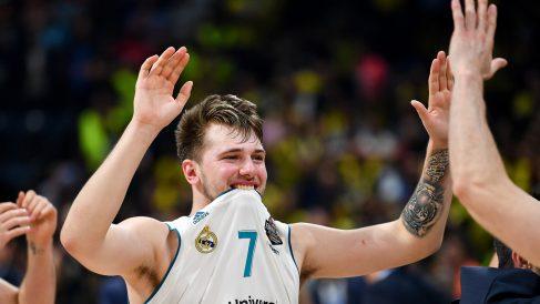 Luka Doncic, celebrando el título. (AFP).