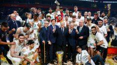 Florentino Pérez celebra la Euroliga junto a jugadores, directivos y cuerpo técnico del Real Madrid.