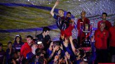 Los jugadores del Barcelona mantean a Andrés Iniesta. (Getty)