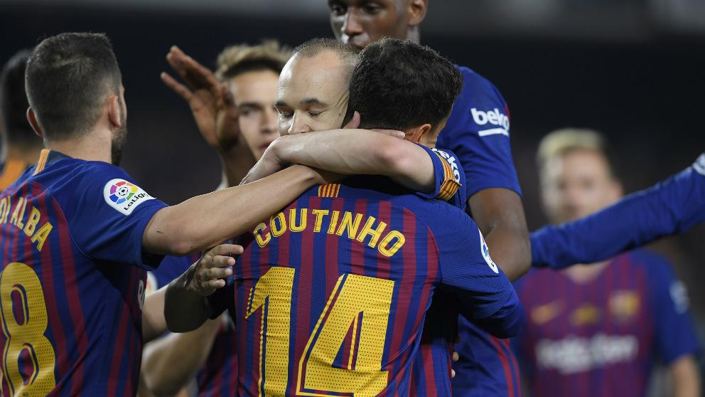 Coutinho e Iniesta se abrazan en la despedida del capitán culé. (AFP)