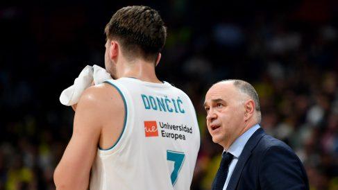 Pablo Laso dialoga con Doncic durante la Final Four. (AFP)
