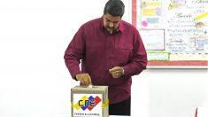 Nicolás Maduro votando en la farsa electoral de presidenciales. (Foto: AFP)
