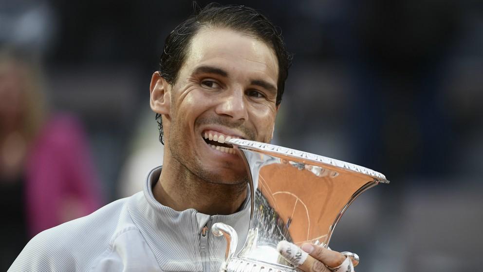 Nadal, con el título de campeón en Roma. (AFP)