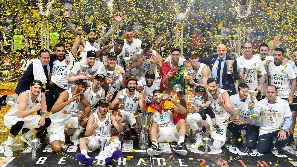 Los jugadores del Real Madrid celebran la Euroliga conquistada ante el Feenrbahce. (AFP)