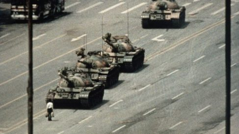El 22 de mayo  de 1999, los estudiantes ocupan la Plaza Tiananmen en Beijing por décimo día consecutivo.