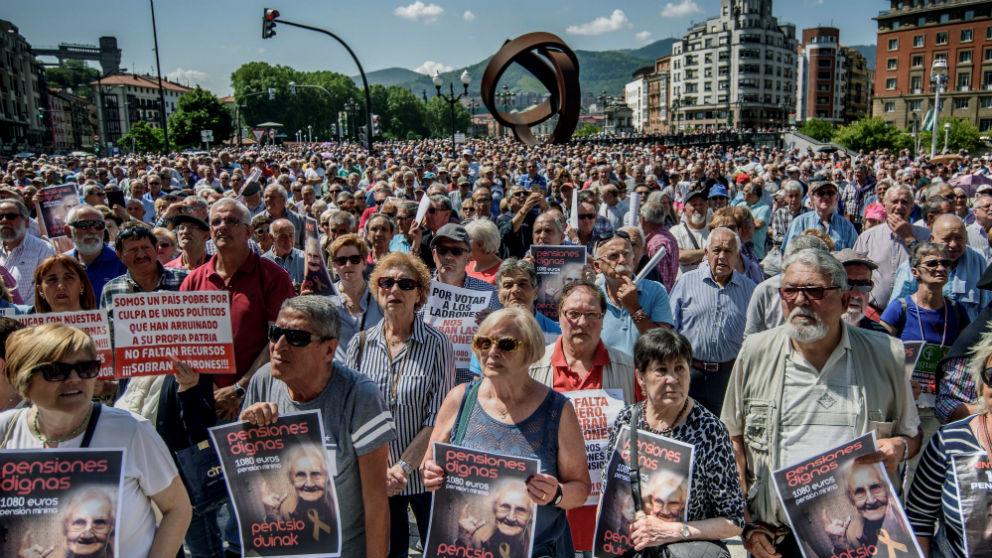 Concentración habitual de los lunes convocada por los colectivos de jubilados para reivindicar unas pensiones dignas (Foto:Efe)
