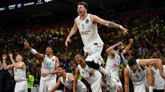 Luka Doncic celebra el pitido final que supuso el triunfo del Real Madrid ante el Fenerbahce. (AFP)