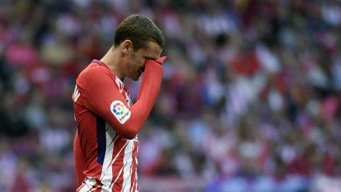 Antoine Griezmann, cabizbajo durante el partido ante el Eibar. (AFP)