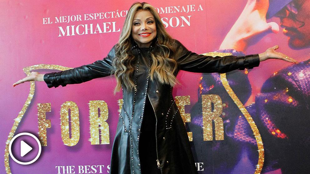 La Toya Jackson ante el cartel de 'Forever', el espectáculo tributo a su hermano Michael Jackson. (EFE)
