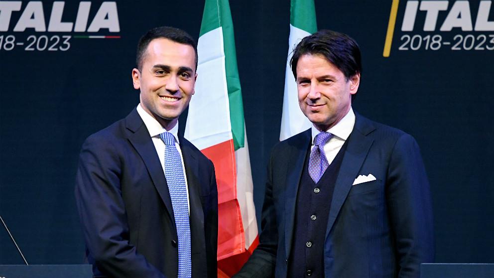 Luigi di Maio, líder del populista Movimiento 5 Estrellas italiano, y Giuseppe Conte, primer ministro. (AFP)