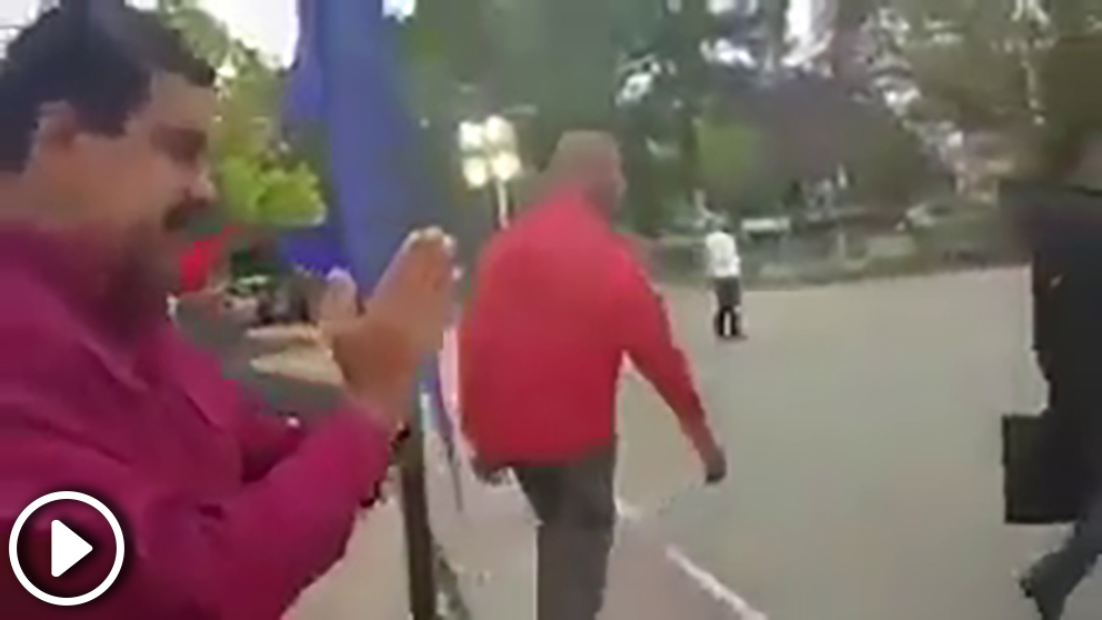 Nicolás maduro saluda emocionado… a nadie al salir del colegio donde votó en las presidenciales de Venezuela.