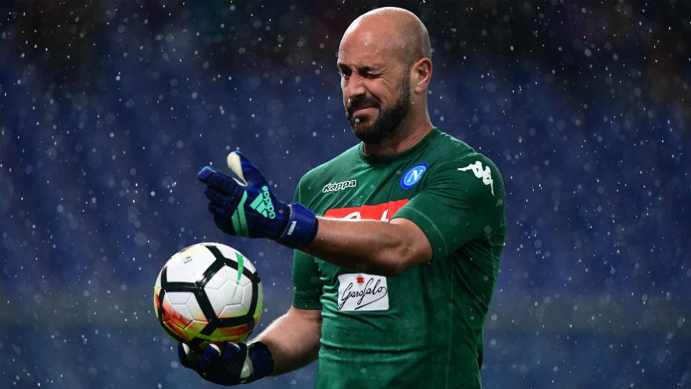 Pepe Reina durante un partido con el Nápoles. (AFP)