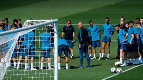 Zidane charla con los jugadores en el entrenamiento abierto antes de la final de la Champions League.