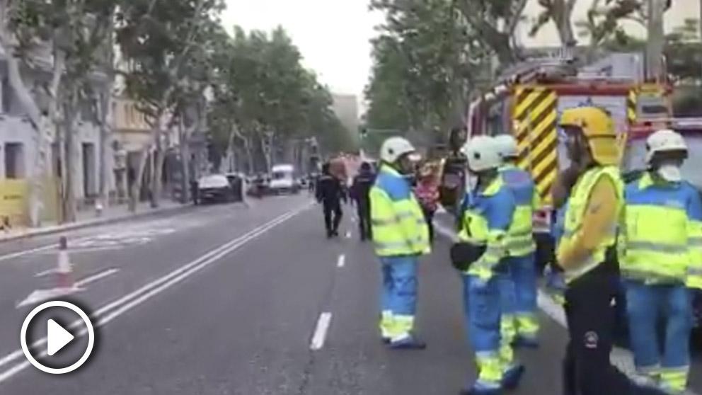 Bomberos y servicios de emergencias trabajan en el edificio derrumbado en Madrid.
