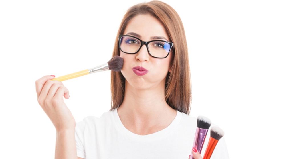 Pasos para maquillarte si llevas gafas