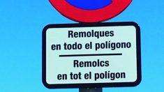 Señal de tráfico en catalán y castellano en Cervelló