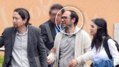 Daniel de Frutos, entre Iglesias y Montero, saliendo de la notaría tras la compra del casoplón. / LOOK