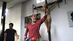 Los actores Willy Toledo y Javier Bardem en la parroquia de San Carlos Borromeo de Madrid.