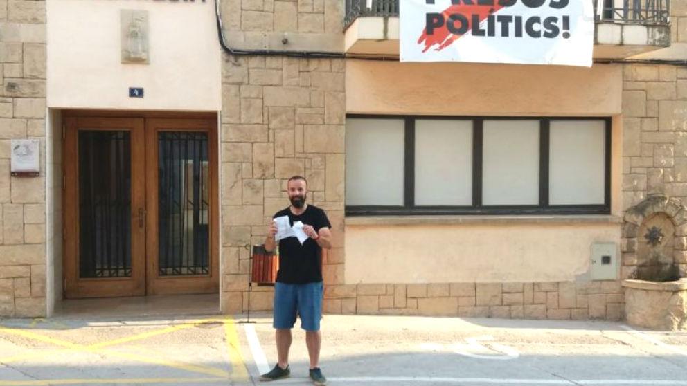 El alcalde de Torre del Español (Tarragona), Joan Juncà, rompiendo la carta de Enric Millo (Foto: ACN)