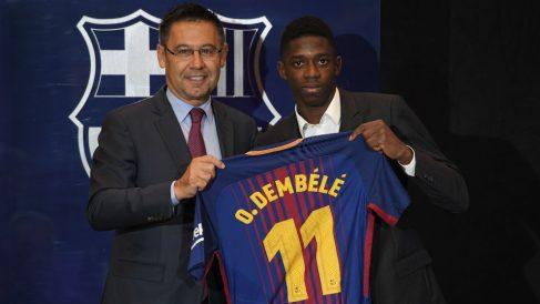 Bartomeu y Dembélé en la presentación del delantero. (AFP)