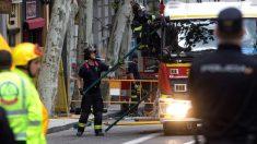 Bomberos y Policía trabajan en el edificio derrumbado en Madrid (Foto: Efe).