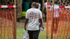 Miembros del equipo de Médicos Sin Fronteras a la entrada del Hospital de Referencia Wangata en Mbandaka. (Foto: AFP)